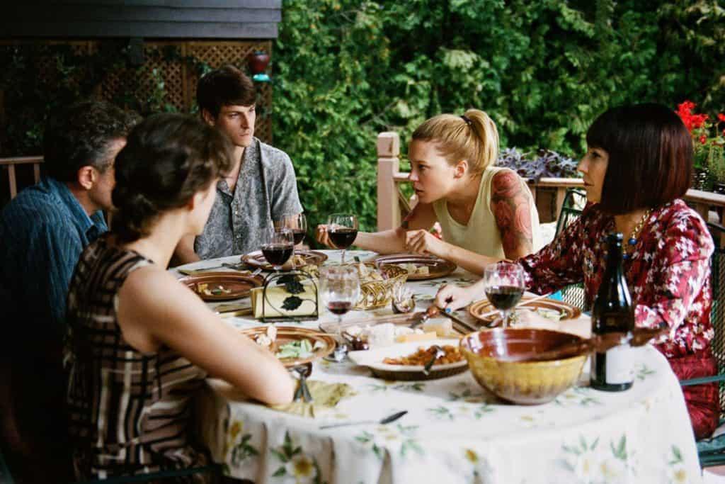 L'intero cast nella scena del pranzo